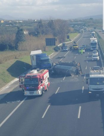 A2, scontro tra due camion: traffico in tilt tra Campagna ed Eboli
